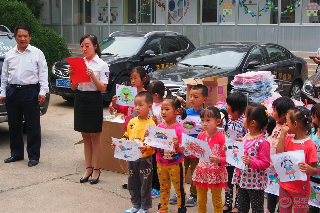 活动开始,峨庄中心学校领导代 并且单独为贫困家庭的孩子捐赠了