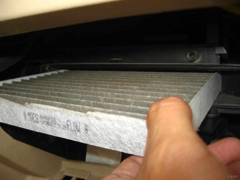 1、保养空调滤芯和空气滤芯的必要性。 空调滤芯和空气滤芯就像两只口罩,说严重些就是两个防毒面具。一个负责保持车箱内的空气清新卫生(好多滤芯都有除菌消毒的功效),一个对进入发动机内的空气进行过滤把关。有必要对这两个滤芯进行不定时保养。2、保养空调滤芯和空气滤芯的可行性。 更换、清洁空调滤芯和空气滤芯简单易操作,不像更换机油滤芯和汽油滤芯那样麻烦,不需要地沟或者升降机,也不需要专用板手之类的工具,借助一把平头起子.