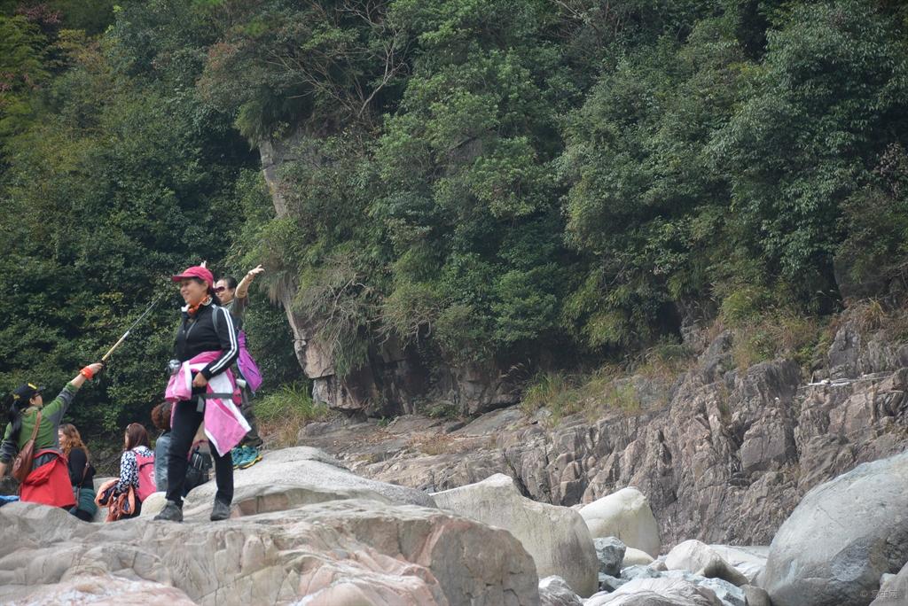 上的大姐   小溪边玩耍的孩子   巨大的石头上,有着勇敢者的脚图片