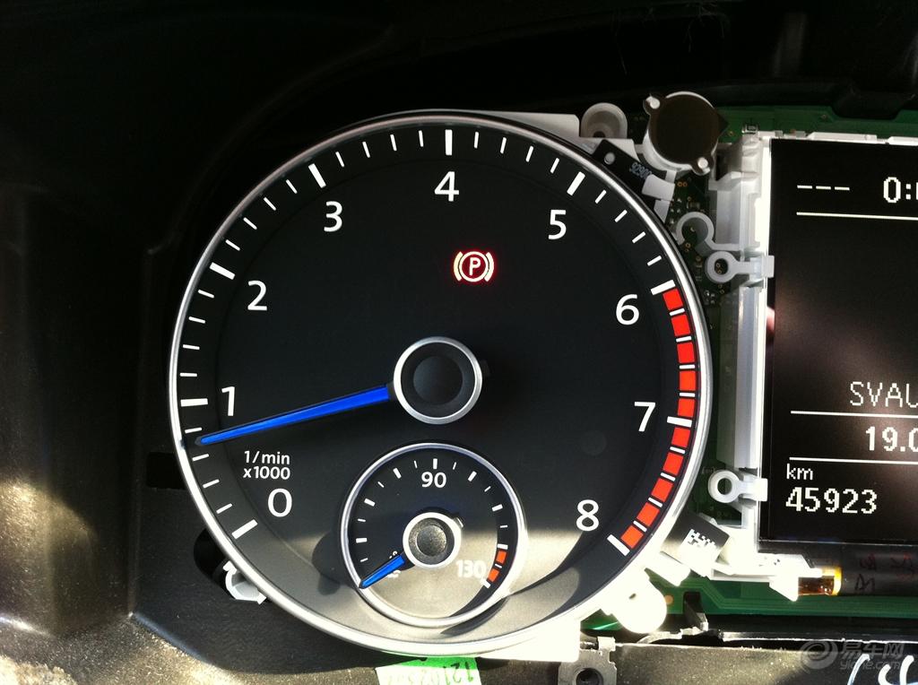 在大众车系里,蓝色指针一般是配备在运动型车辆仪表上的,像R系列就是。 速腾的原车仪表盘的红针看的时间久了,确实不够喜欢啊。做足功课,备好工具和材料就摸索着动手自己DIY下吧。整个改装的成本不高,主要是技术手工活。 ---------------------------------------------------------------- 改装材料和工具: 1.