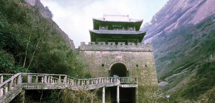 剑阁于1989年重建,阁高18.33米,为四歇山顶两层仿古建筑.