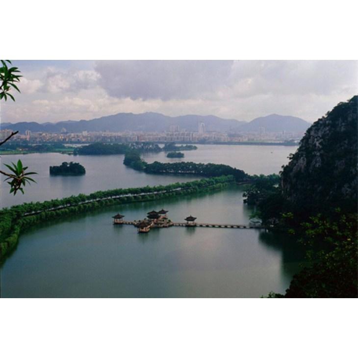 肇庆市位于中国广东省,属珠江三角洲,西靠桂东南,珠江主干流西江穿境