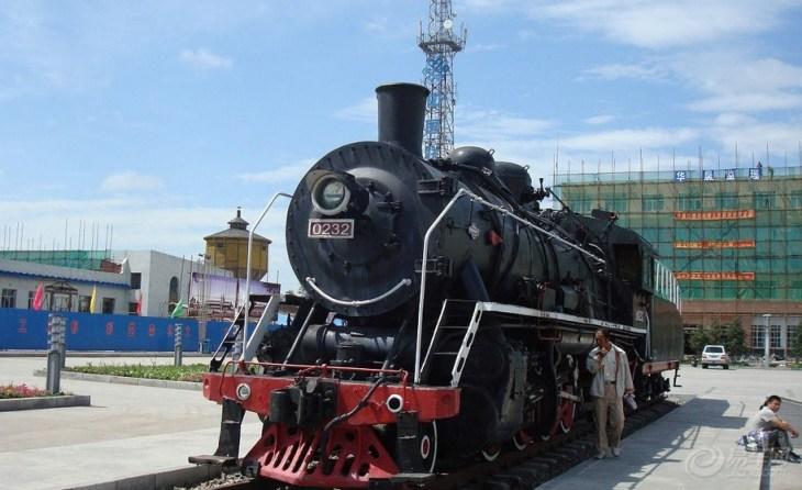 唐山机车车辆厂始建于1880年,是我国第一家铁路工厂,我国第一台蒸汽机车的诞生地,也是我国目前唯一的蒸汽机车生产厂家。现有4个车间:锅炉车间。机一车间,主要生产蒸汽机车大部件。机二车间,主要生产蒸汽机车小部件。组装车间。 近年来,唐山机车车辆厂为中国铁路四次大提速提供了各种主型客车,并相继开发生产了国内第一列双层内燃动车组、国内第一列200km/h高速动车组二等座车、国内首辆摆式客车等新产品。摆式列车可提高曲线通过速度30%左右,是中国铁路在既有线路实现提速的理想车型。