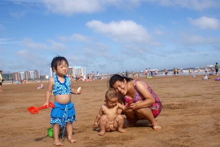 【宝贝快乐秀】光屁股小孩海边玩