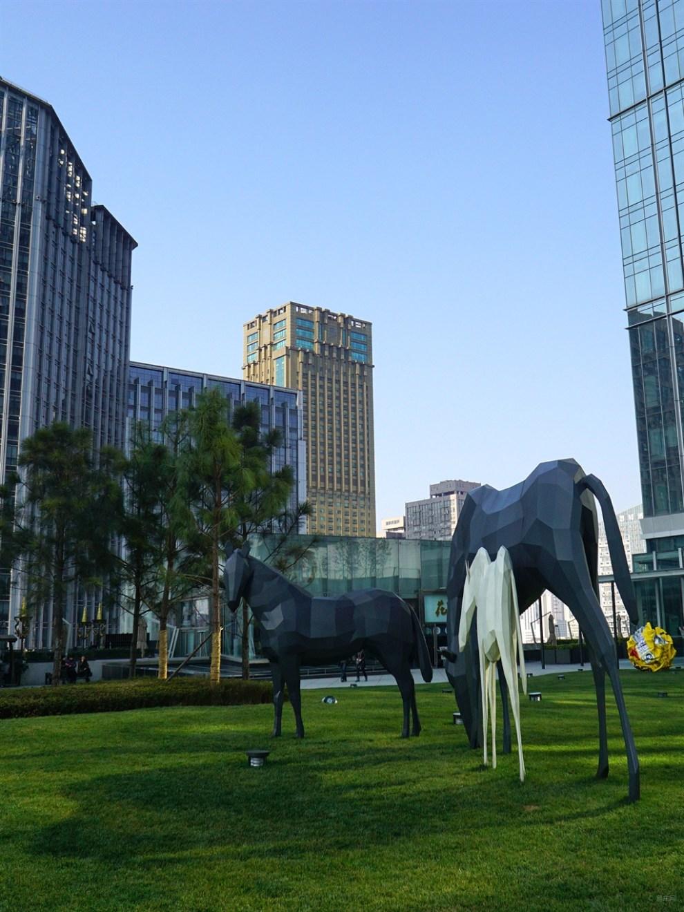【巍巍雪山】分享ifs成都国际金融中心7楼户外雕塑花园美景