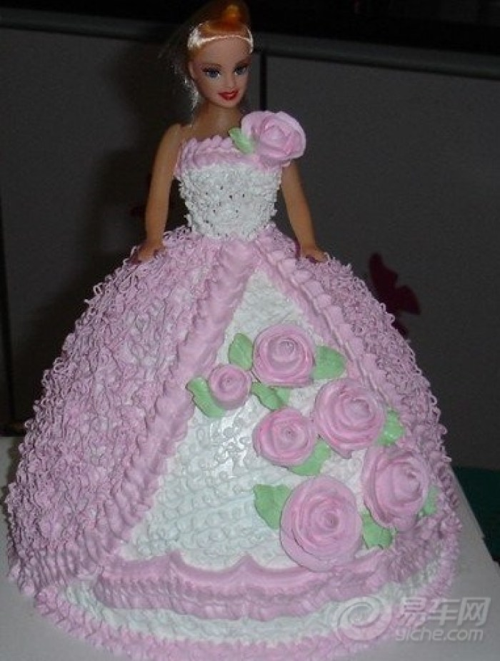 吃的时候取出娃娃,给娃娃穿上衣服和鞋子,一个新的芭比娃娃公主玩具就