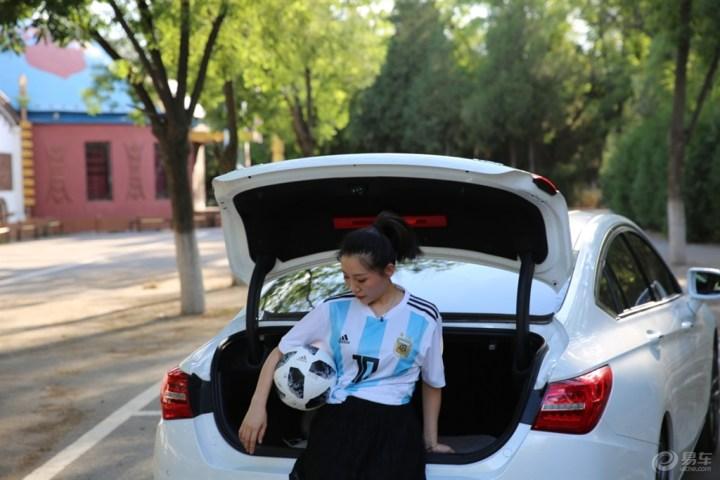 球迷车友送福利 媳妇变身足球宝贝
