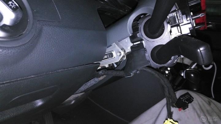 """解决""""方向盘锁止功能失效""""报警,更换转向柱锁控制模块"""