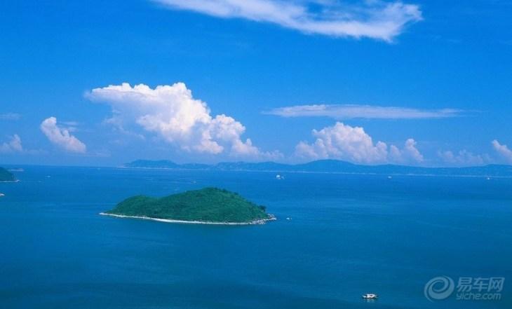 海南省三沙市是由国务院于2007年11月批准设立的县级市。三沙市管辖着位于中国南海的海南省下的西沙、南沙、中沙三个群岛,隶属海南省,面积260万平方公里,相当于中国领土的四分之一。它是我国面积最大、人口最少的县级市,也是中国领土最南端的城市。 由于西南中沙群岛及其海域所处的特殊地理位置,长期以来一直处于军事化管理状态,除西沙永兴岛上有一定数量的驻岛职工、民工和渔民外,其余岛屿少有人常驻,多数渔民以流动作业为主,因此经济社会发展相对落后。近年来,由于永兴岛的基础设施建设不断改善,使永兴岛已初具小城镇雏形。