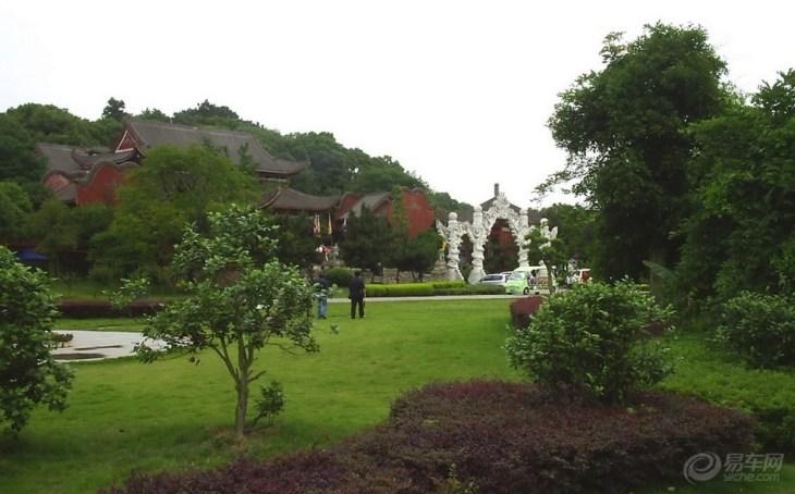 目前是岳阳市区最大的森林公园,58公顷的秀山绿陵为城市主干道包围