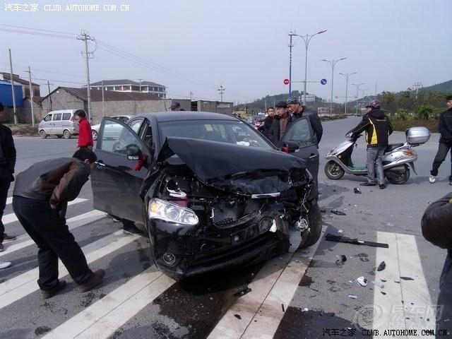 马自达6被大车压碎 猫扑汽车高清图片