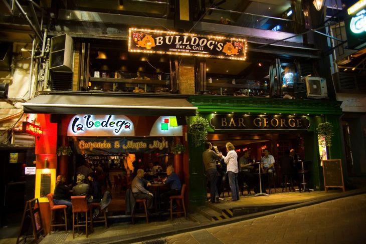 兰桂坊(Lan Kwai Fong),狭义而言指位于香港中环区的一条呈L型的上坡小径,名叫兰桂坊(取其兰桂腾芳之意)。广义而言是指与德己立街、威灵顿街、云咸街、和安里、仁寿里及荣华里构成的一个聚集大小酒吧与餐馆的中高档消费区,深受中产阶级、外籍人士及游客的欢迎,是香港的特色旅游景点之一。兰桂坊酒吧街缘起于二十世纪七十年代初期,港府在中西区开始进行市区重建。道路的开拓,吸引商业资金的流入,当时一位意大利籍商人在这里开设了一间意大利服装店及餐厅。其后,有些电影在这里取景,兰桂坊渐渐成为一处有品位的消闲之地,