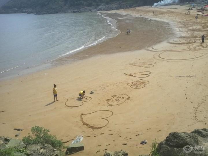 在沙滩上画画,是每个孩子的必备娱乐项目,看他们画的,还能再简单点嘛
